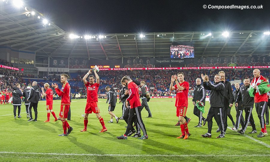 Wales players and staff thank the crowd during a lap of honour at the end of the UEFA Euro 2016 qualification match between Wales and Andorra at Cardiff City Stadium, 13/10/15.